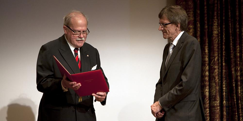 Tomas Söderberg överlämnar diplom till Bertil Holmlund.