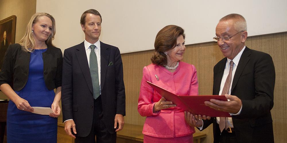 Prisceremoni. HM Drottning Silvia överlämnar diplom till Christopher Gillberg.