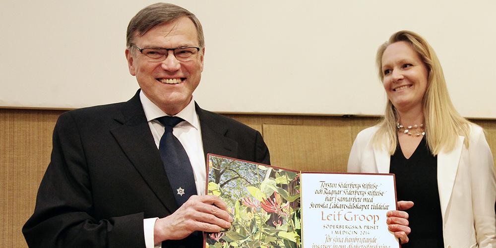 Leif Groop håller diplom överlämnat av Maria Söderberg.