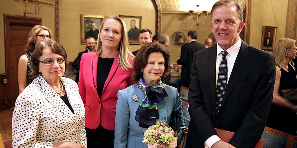 HM Drottning Silvia med Kaj Blennow samt Kerstin Nilsson och Maria Söderberg.