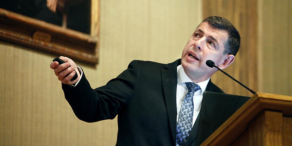 Markus Heilig i talarstolen vid prisföreläsning.